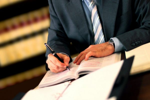 De ce este crucial pentru afacerea dumneavoastra sa colaboreze cu un avocat drept comercial?